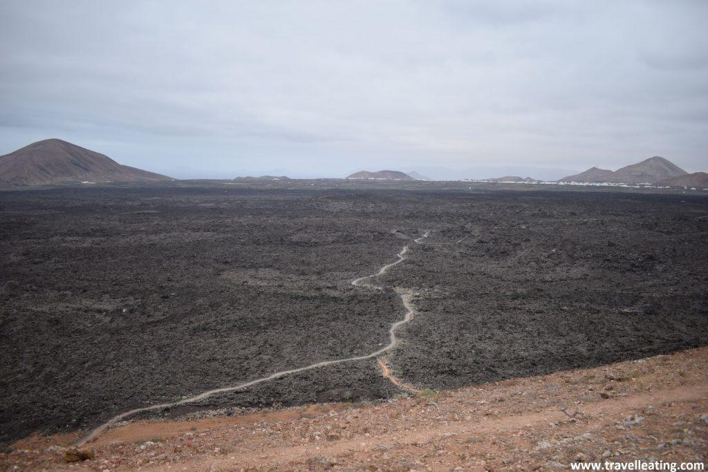 Vistas del Parque Natural de los Volcanes de Lanzarote, uno de los lugares imprescindibles que ver en la isla.