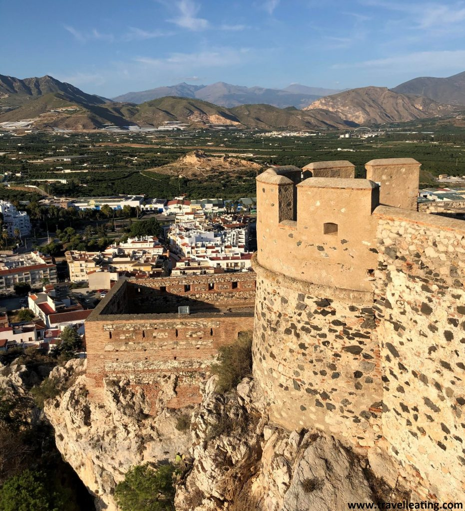 Vistas del Castillo de Salobreña y sus alrededores, una de las paradas de nuestra ruta en coche por Andalucía.