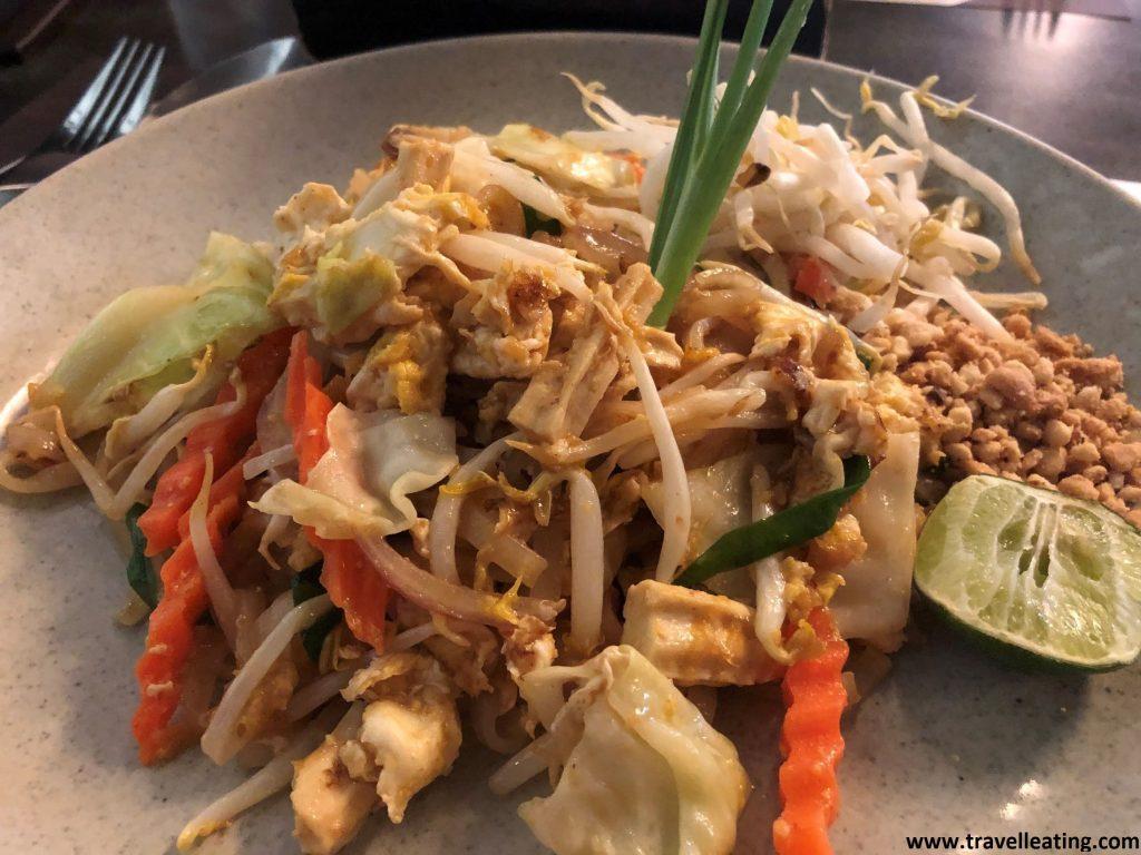 Plato de pad thai, los fideos tailandeses típicos que se sirven con brotes y huevo. El plato más popular de la gastronomía tailandesa.