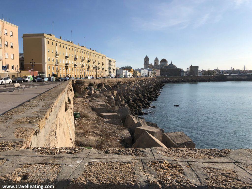 Paseo marítimo con la Catedral de Cádiz al fondo, otra de las paradas importantes de nuestra ruta por Andalucía.