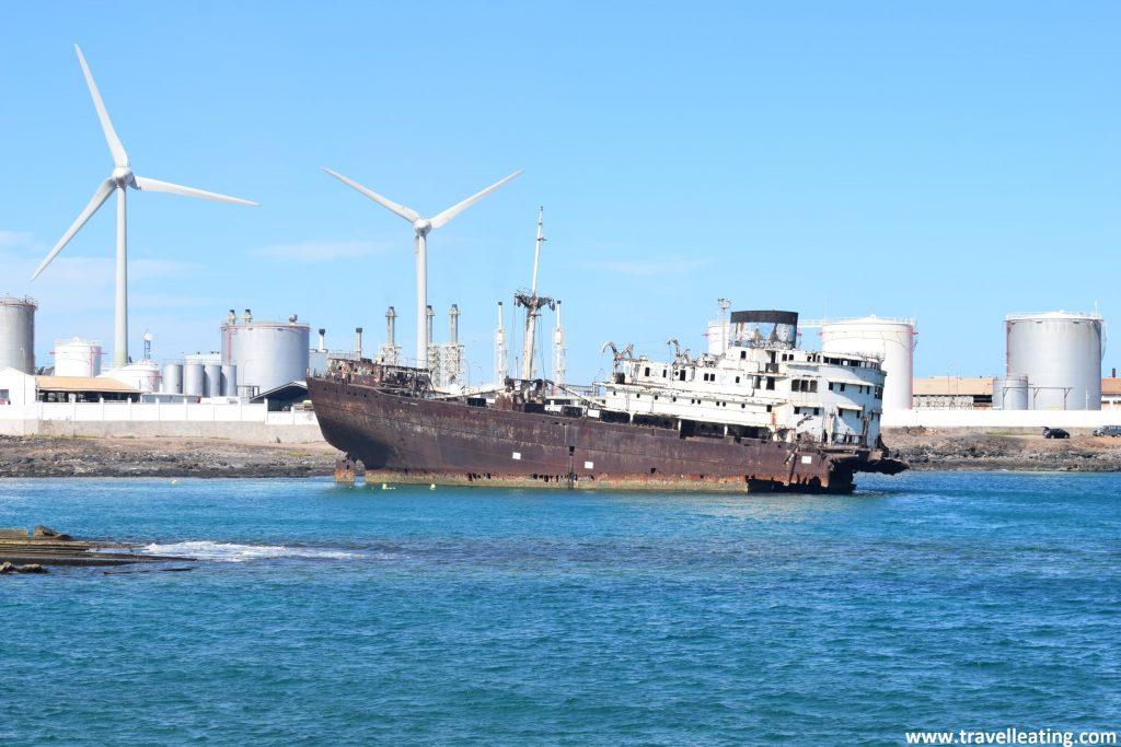 Impresionante barco de carga semihundido y abandonado frente a una playa. Uno de los lugares más curiosos que ver en Lanzarote.La