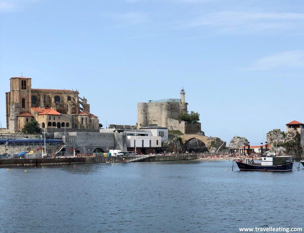 Puerto de Castro Urdiales, uno de los pueblos más bonitos de Cantabria. La iglesia, el muelle, el faro y el puente romano de fondo.