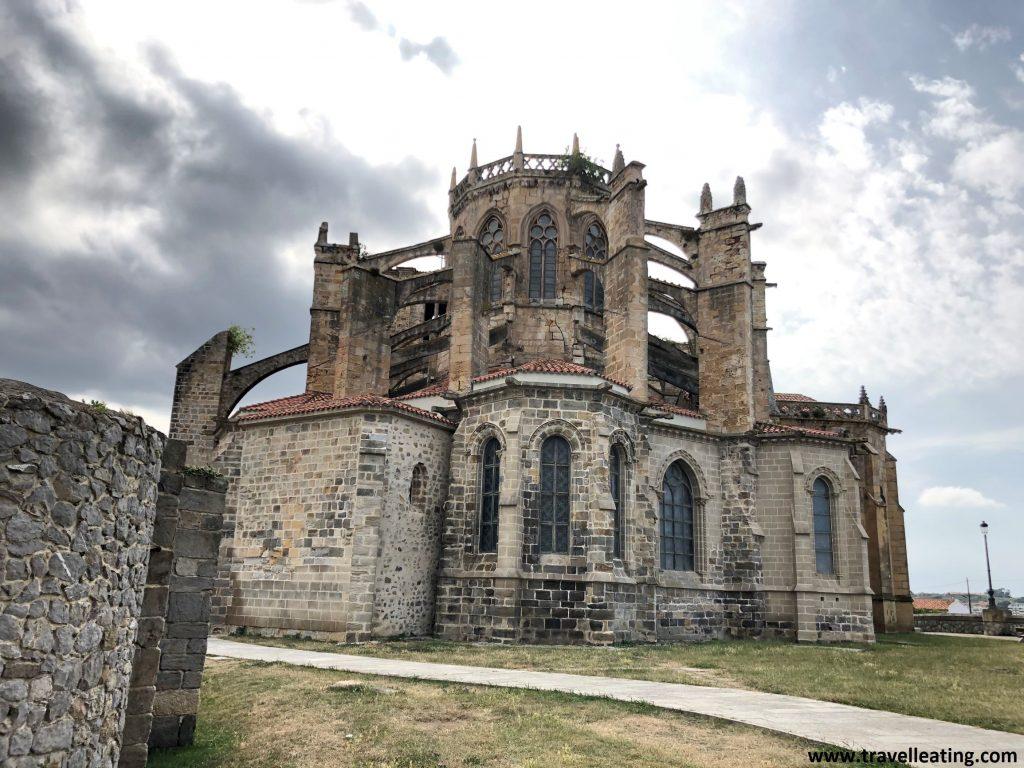 Preciosa iglesia de estilo gótico con grandes bóvedas y contrafuertes.