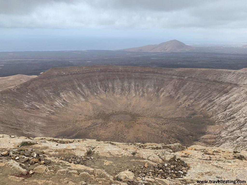 Vistas del cráter del espectacular volcán Caldera Blanca desde lo alto de éste. Un imprescindible que ver en Lanzarote.