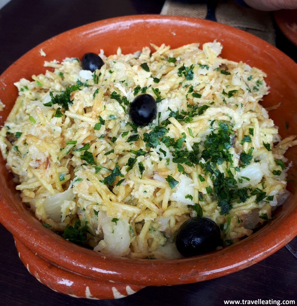 Bacalao desmenuzado servido con patata, cebolla y aceitunas. Otro de los platos más típicos de Portugal.