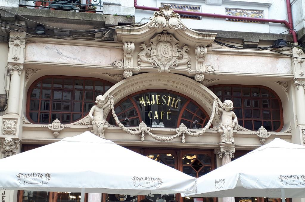 Fachada muy elegante de una cafetería antigua y tradicional de Oporto.