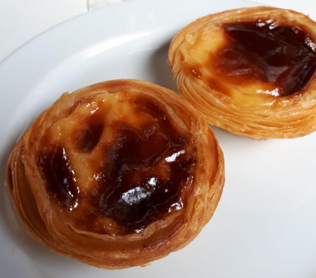 Pastelitos pequeños y redondos, hechos a base de hojaldre y rellenos de crema tostada.