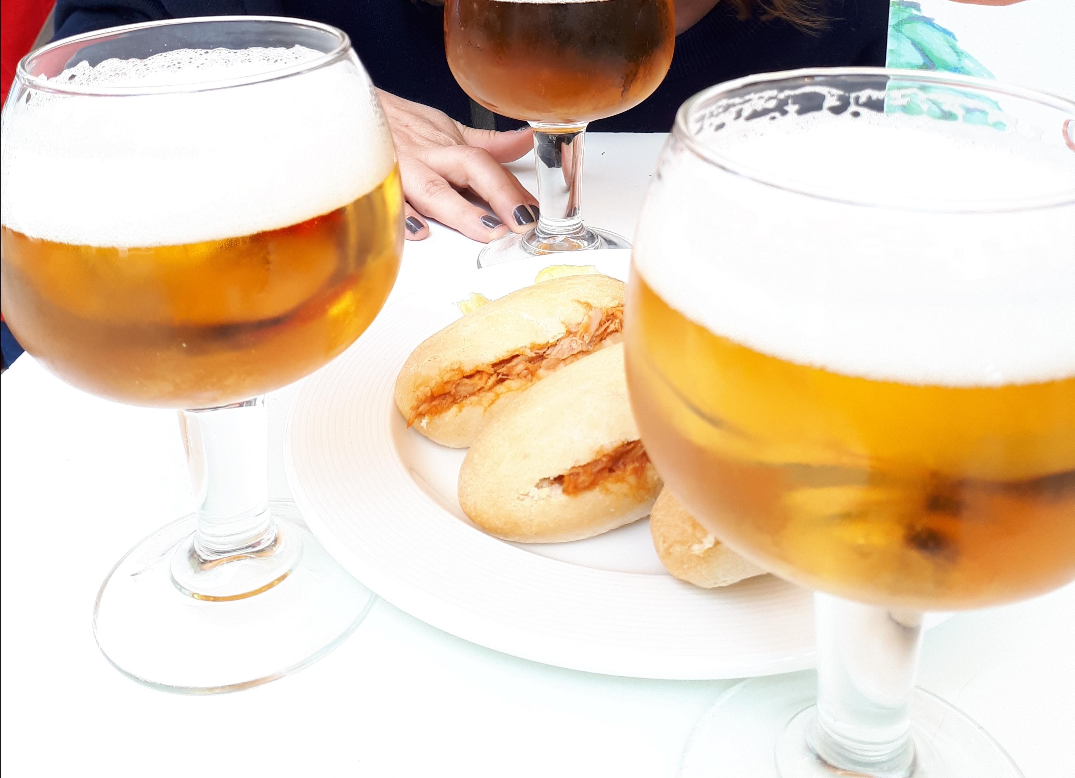 Cañas y tapas, típicas de los bares de Granada.