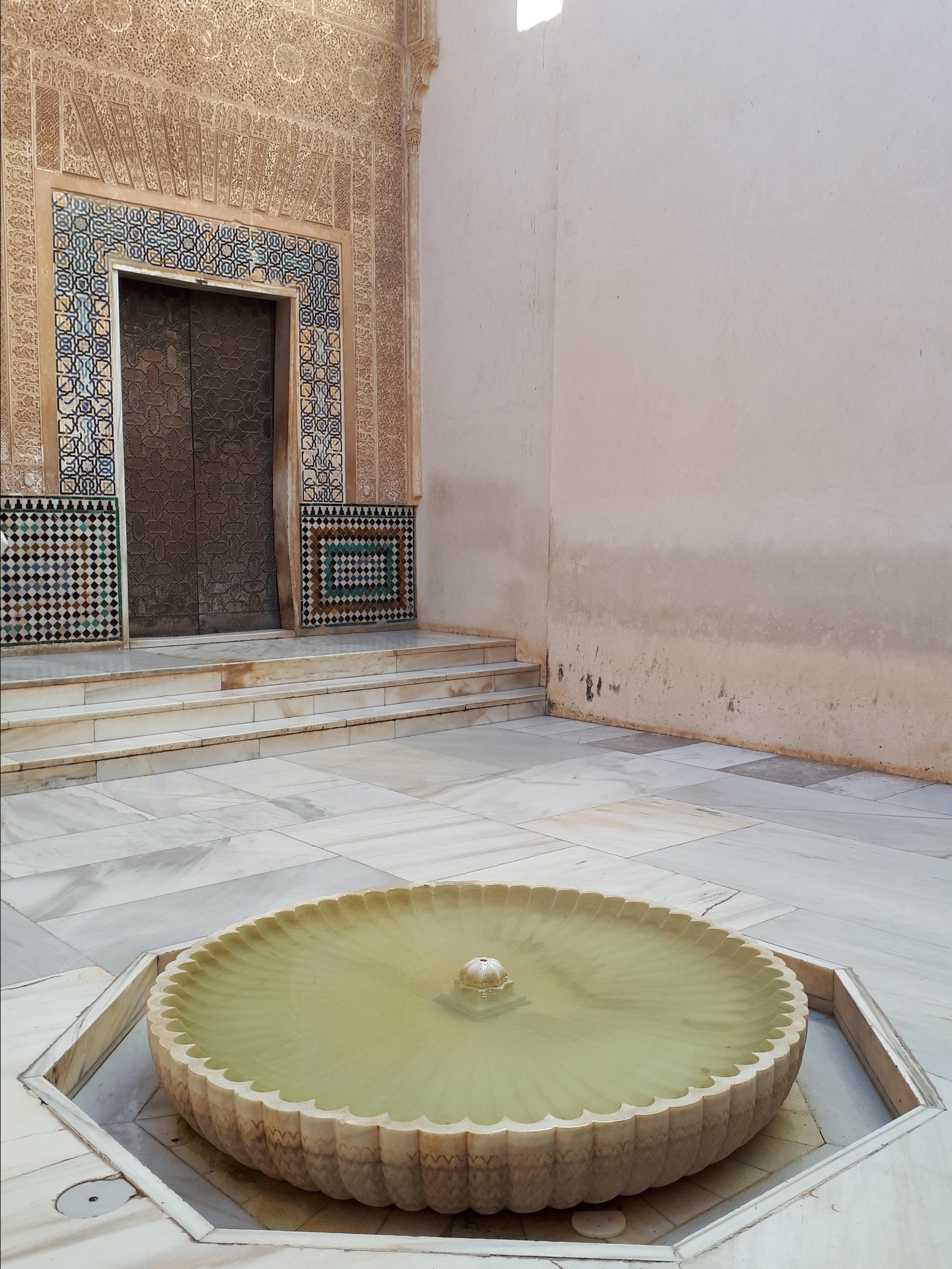 Precioso patio árabe de la Alhambra de Granada.