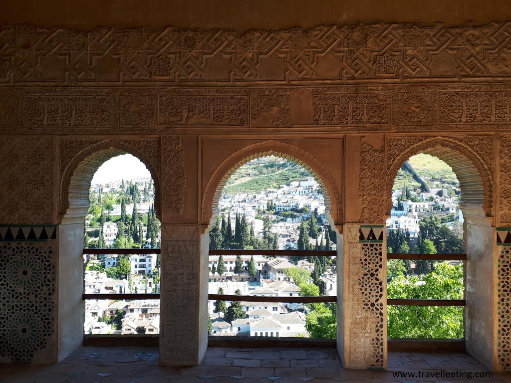Ventanas de la Alhambra, uno de los imprescindibles de Granada, con vistas al barrio de Albaicín.