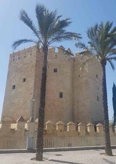 La Torre de Calahorra es otro de los lugares imprescindibles que ver en Córdoba.