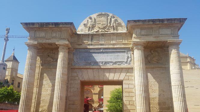 Puerta de estilo renacentista que da entrada al puente romano de Córdoba.