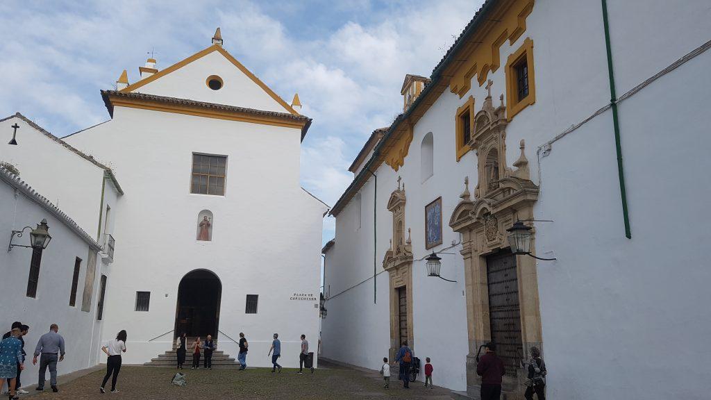 Pequeña plaza rodeada de edificios blancos de los cuales destaca un convento.