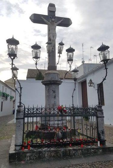 Figura de un cristo crucificado y rodeado de faroles.