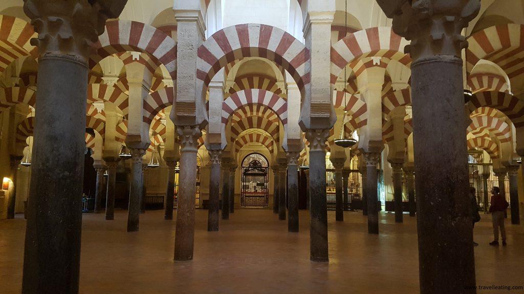 Espectacular interior de la Mezquita-Catedral de Córdoba, repleto de columnas de estilo mudéjar. Es sin duda uno de los imprescindibles que ver en Córdoba.