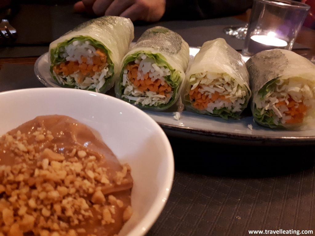 Rollitos frescos de papel de arroz relleno de verduras, servidos con una salsa de cacahuete.