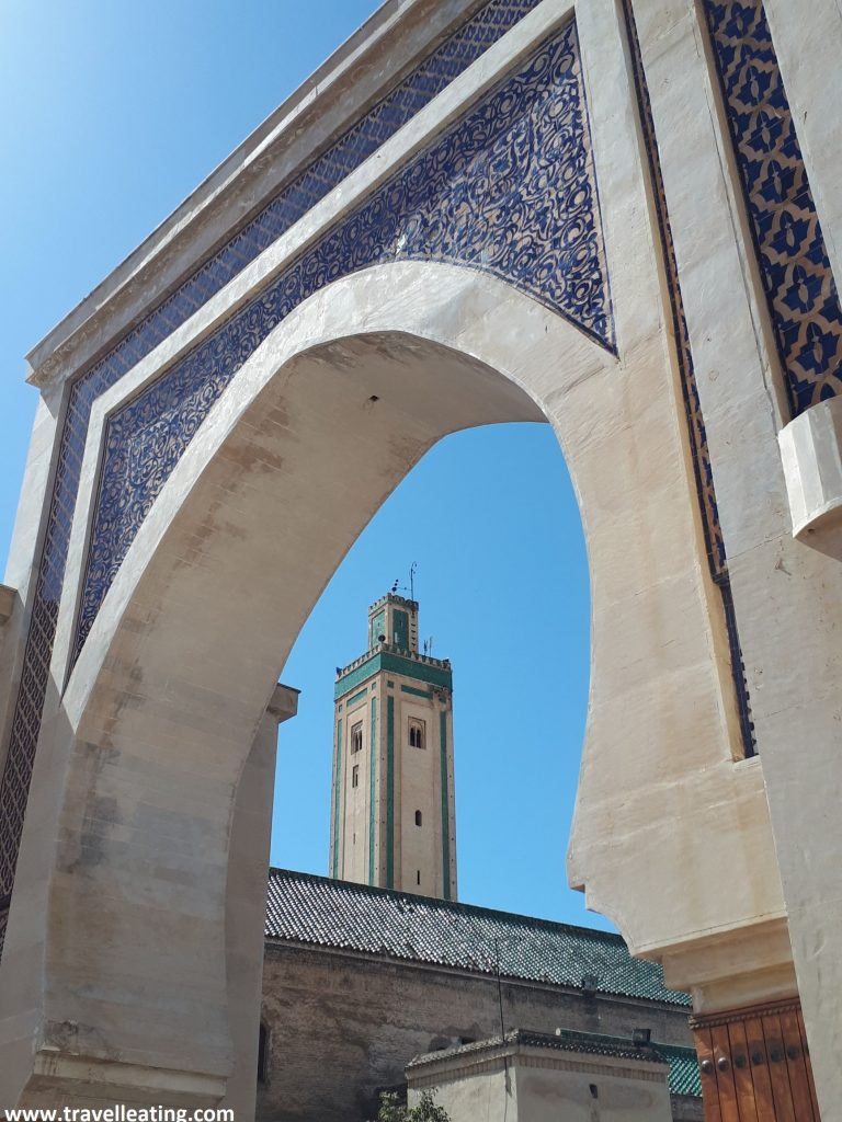 Puerta Bab Rcif y mezquita Rcif al fondo. En la plaza R'Cif de Fez.