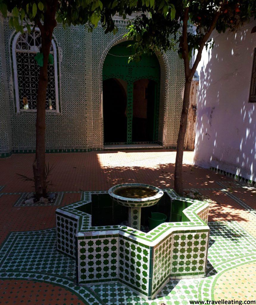 Casa verde, con su fuente y su puerta verde. En Chefchaouen.