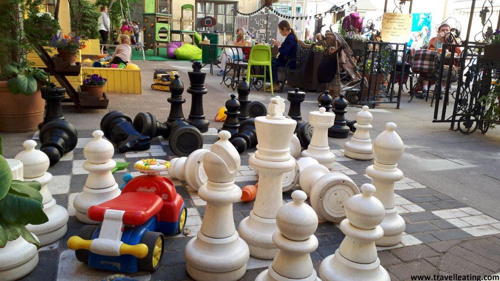 Zona de juegos de la terraza del restaurante donde obervamos un gran juego de ajedrez, con las piezas enormes, entre muchos otros juegos.
