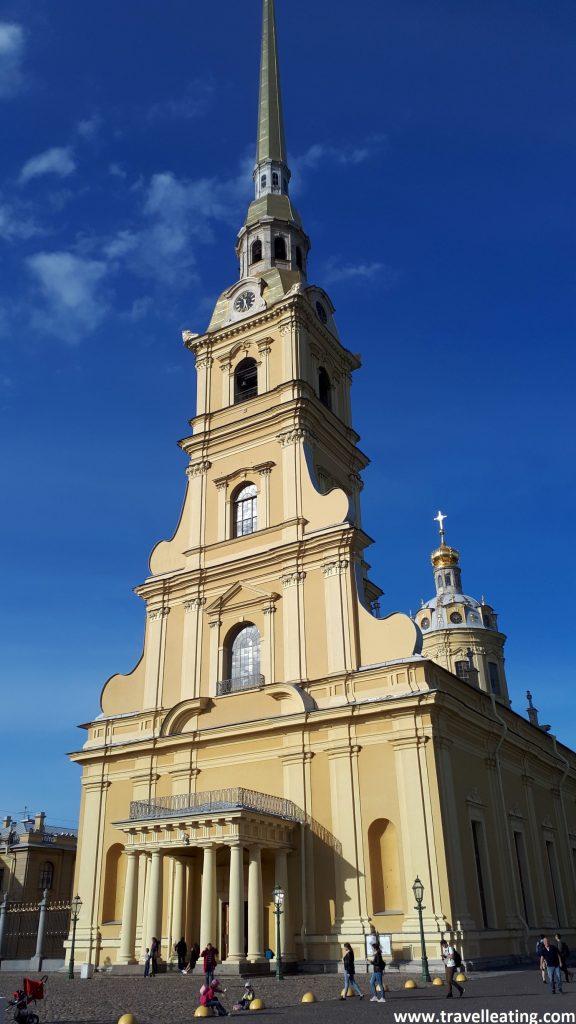 Fachada principal de la catedral, muy sencilla, y de tonos beige. Su estilo es más clásico (nada ortodoxo). Tiene un campanario principal puntiagudo estilo europeo.