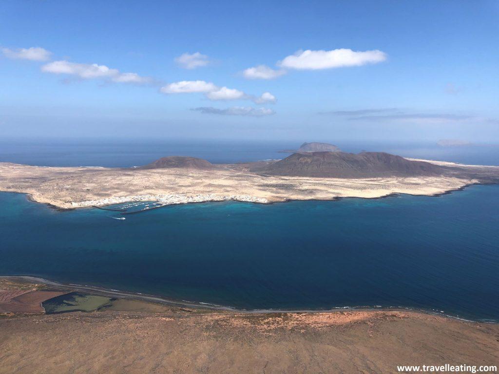 Preciosas vistas de una pequeña isla volcánica salvaje en medio del mar.