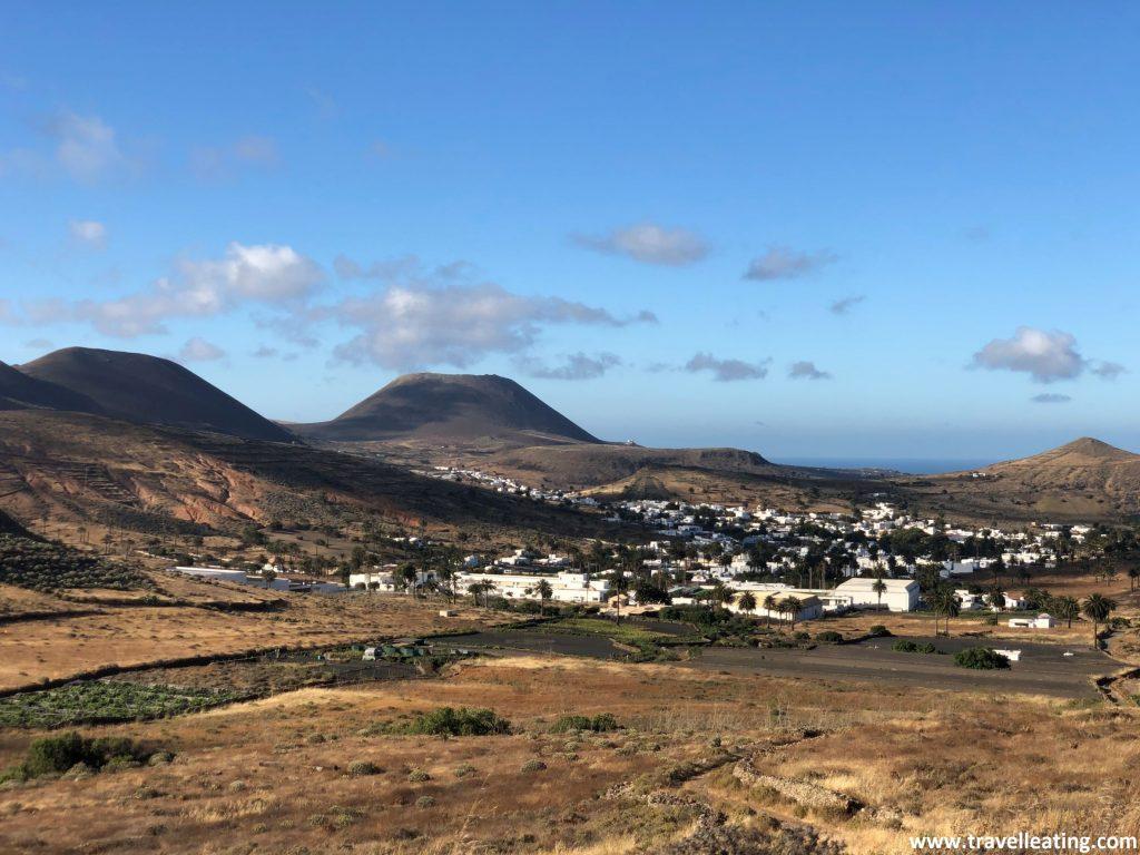 Pequeño pueblo blanco situado en medio de un valle, rodeado de pameras y cutodiado por varios volcanes.
