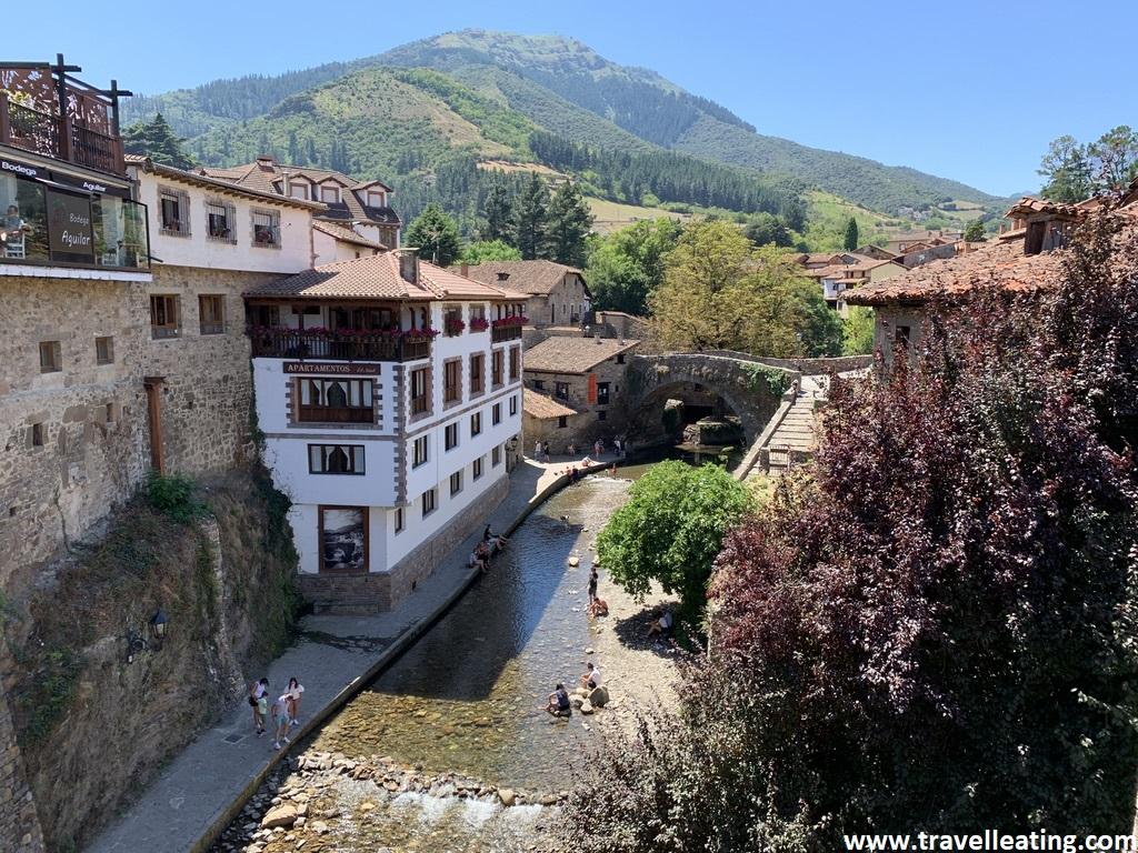 Pueblo rodeado de montañas y atravesado por un río. Es uno de los pueblos más bonitos de Cantabria.