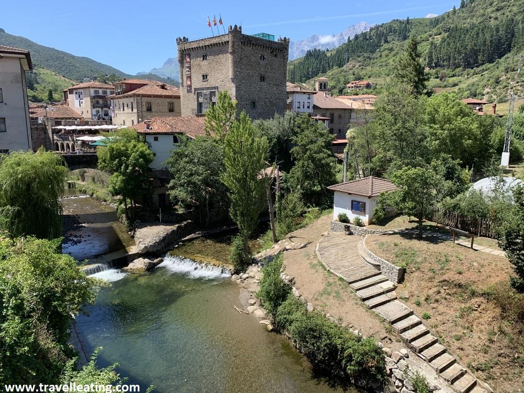 Pueblo de montaña atravesado por un río, con un puente y una torre. Se trata de uno de los pueblos más bonitos de Cantabria.