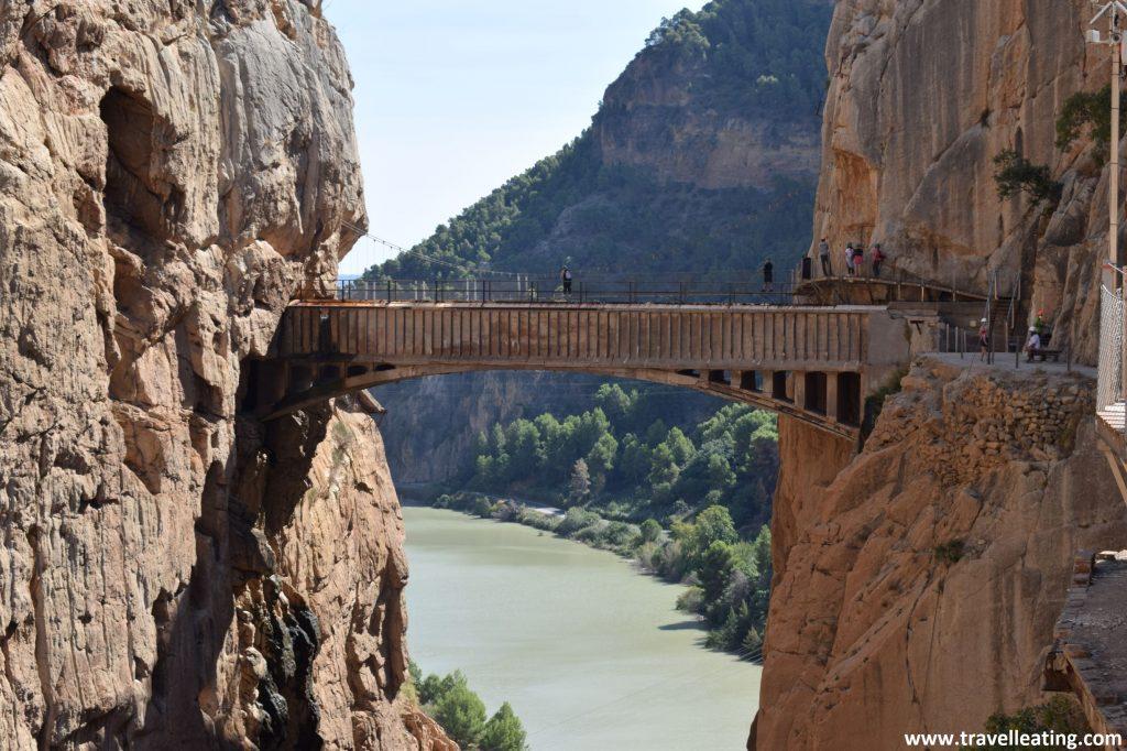 Puente colgante del Caminito del Rey, una ruta de pasarelas impresionante que constituye una parada obligatoria en cualquier ruta por Andalucía.
