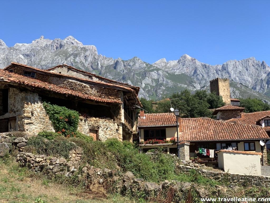 Pueblo tradicional con casas de piedra detrás del cual se alzan unas espectaculares montañas. Se encuentra situado en una de las zonas imprescindibles de Cantabria.