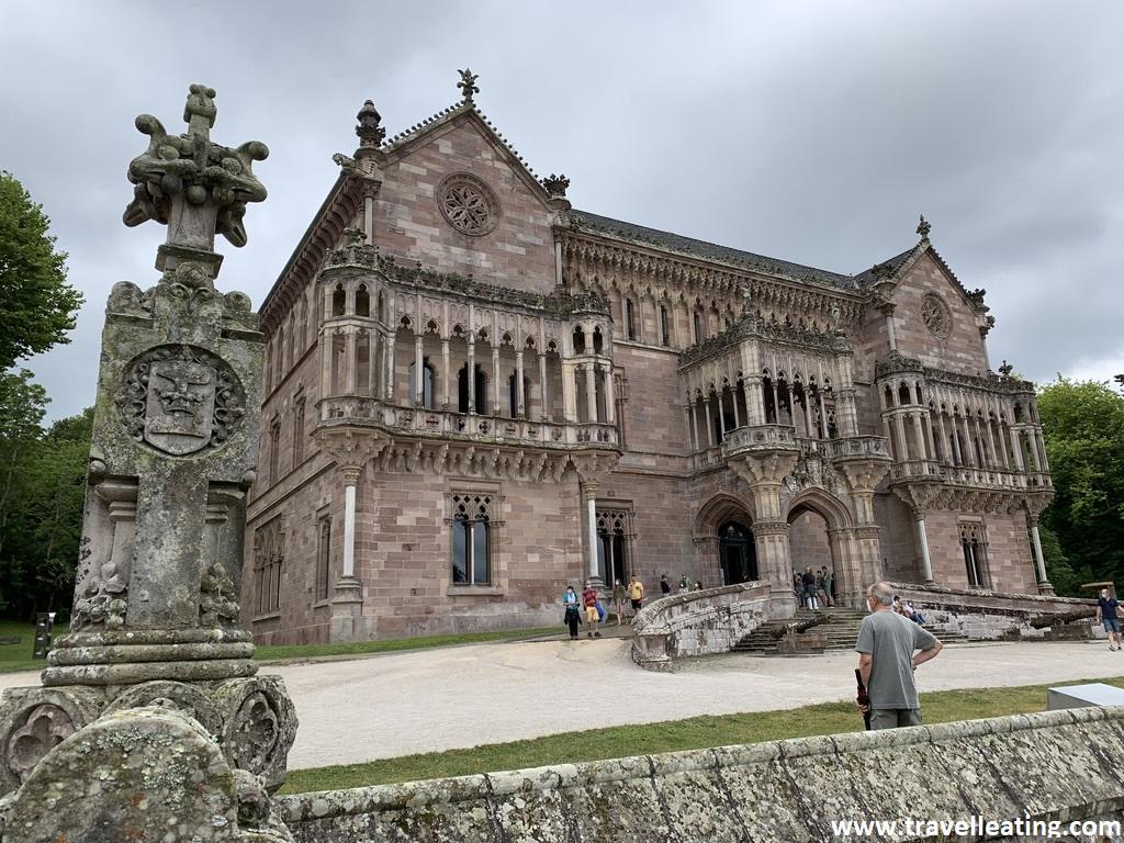 Gran palacio de estilo neogótico perteneciente al Marqués de Comillas. Se encuentra en uno de los pueblos más bonitos de Cantabria.