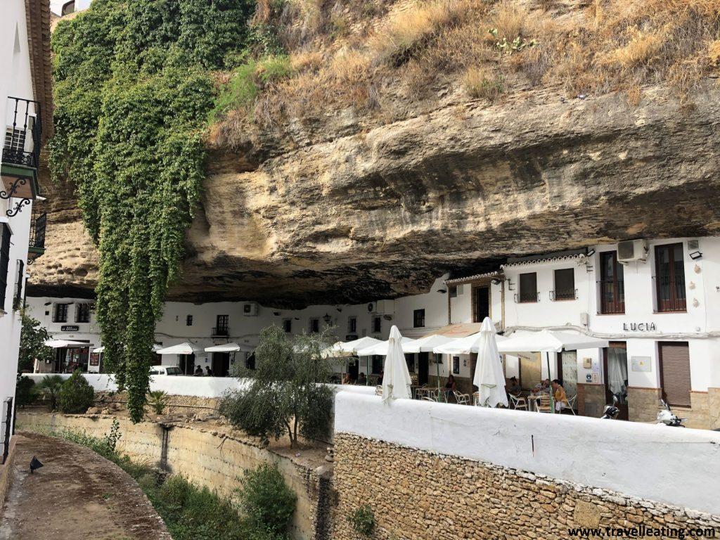Calle construida bajo la roca, con las casas incrustadas en ésta y repletas de terrazas. Es uno de los lugares más curiosos que hemos visto durante nuestra ruta por Andalucía.