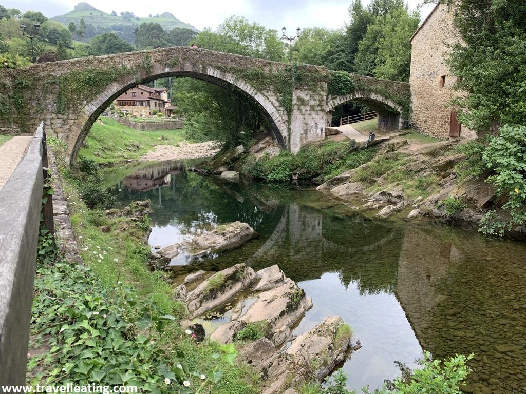 Puente romano sobre el río Miera con la estatua del Hombre-Pez y las Tetas de Liérganes al fondo (dos picos montañosos). Es la típica imagen de este pueblo considerado de los más bonitos de Cantabria.