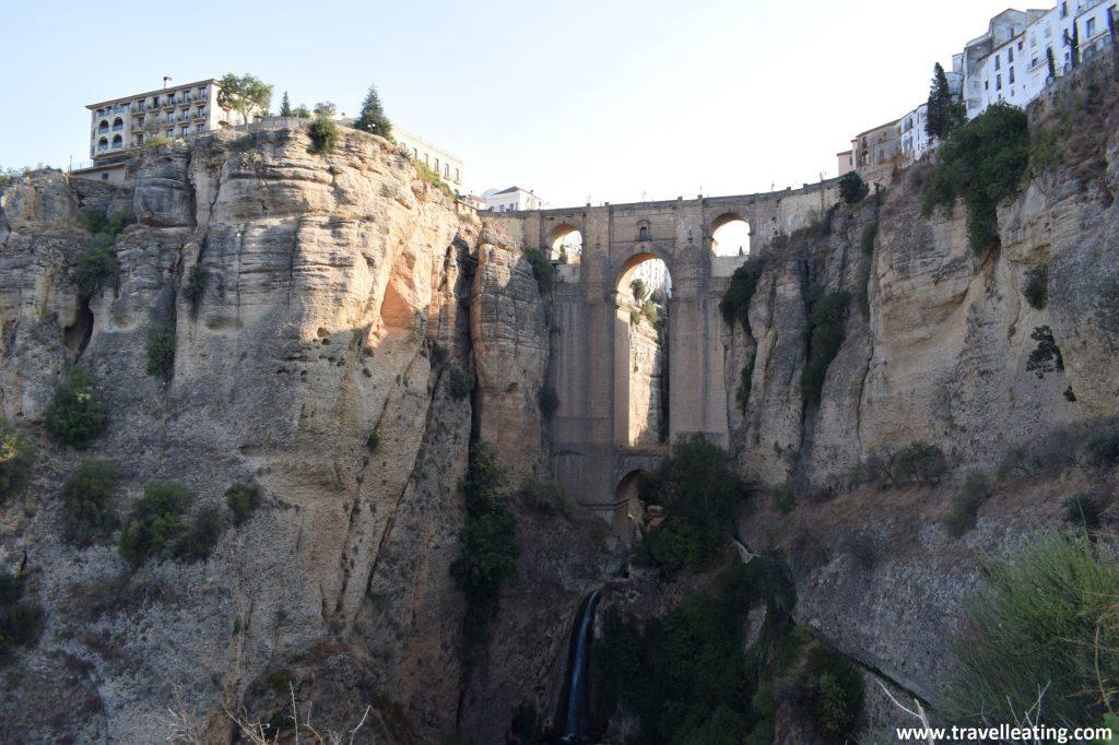 El grande e impresionante Puente Nuevo de Ronda, es otra de las visitas más espectaculares de nuestra ruta por Andalucía.