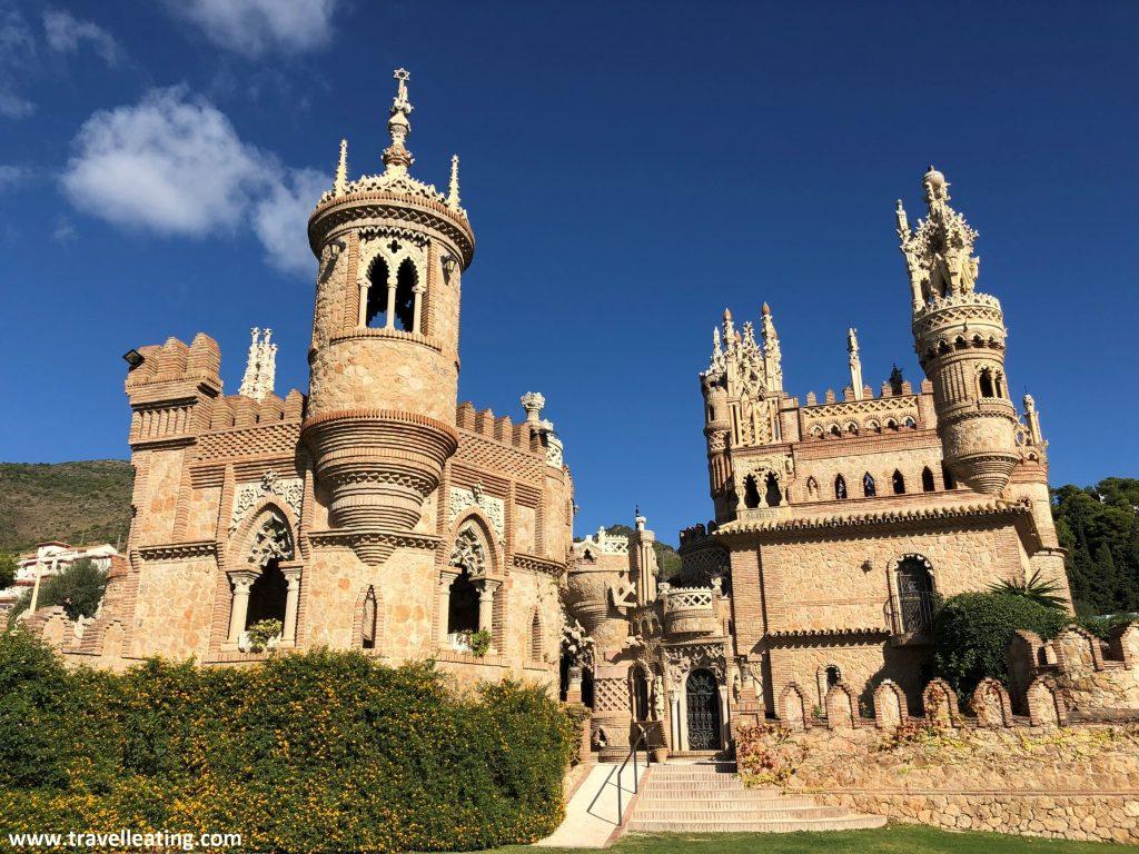 Precioso Castillo de color de piedra con muchísimos detalles y rodeado de un jardín verde.