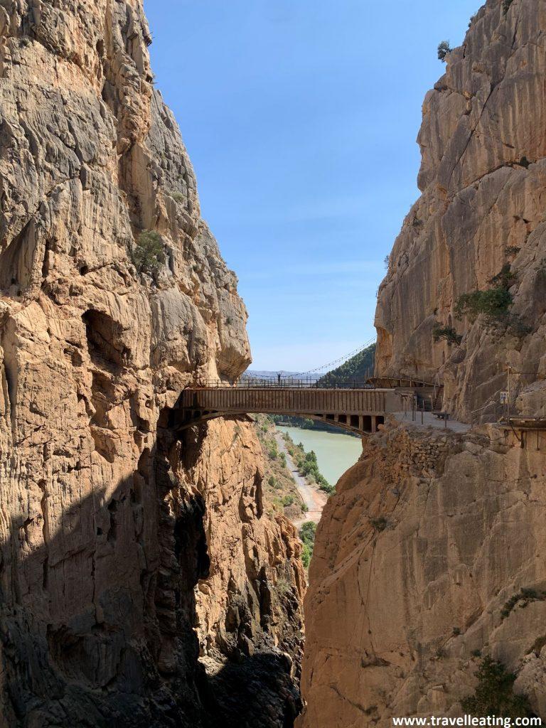 Puente que atraviesa el cañón del Caminito del Rey, uniendo sus pasarelas. Es uno de los lugares sin duda imprescindibles que ver en Andalucía.