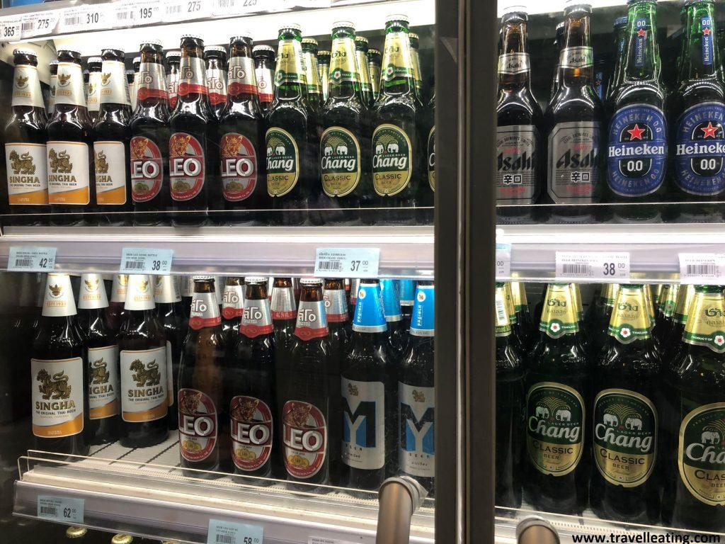 Puerta de cristal de una nevera de una tienda donde vemos las diferentes cervezas tailandesas expuestas así como algunas de importación.