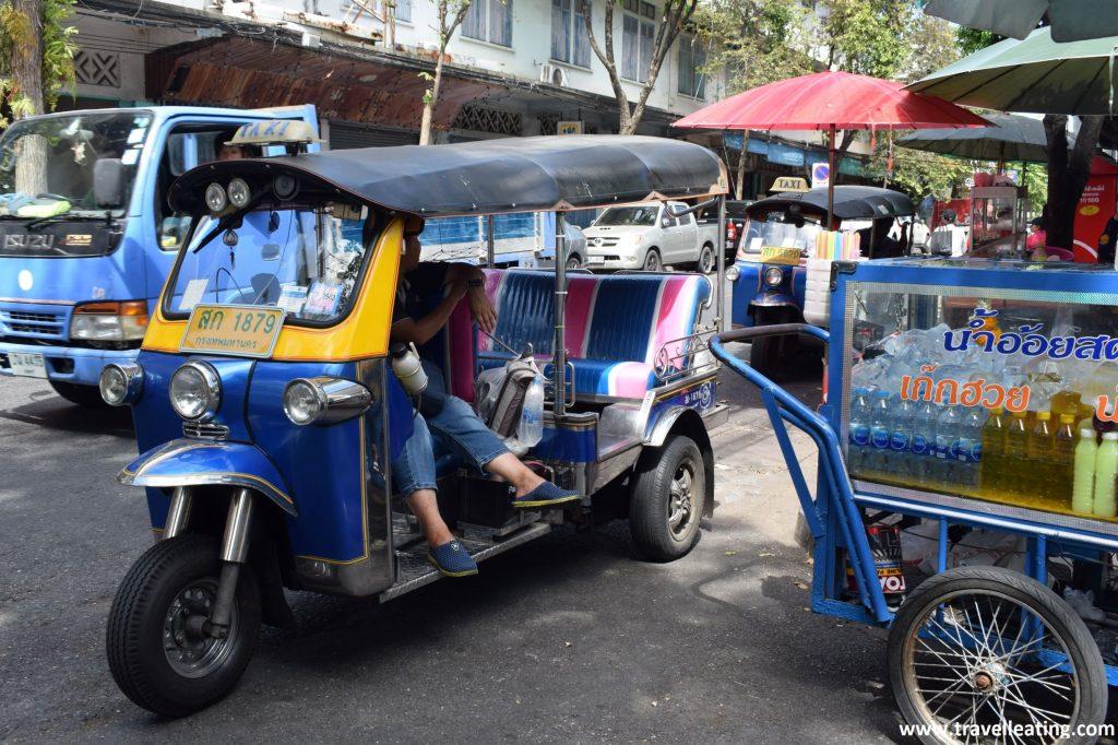Tuk-tuk, o ciclomotor con remolque, uno de los transportes locales más típicos para visitar Bangkok.