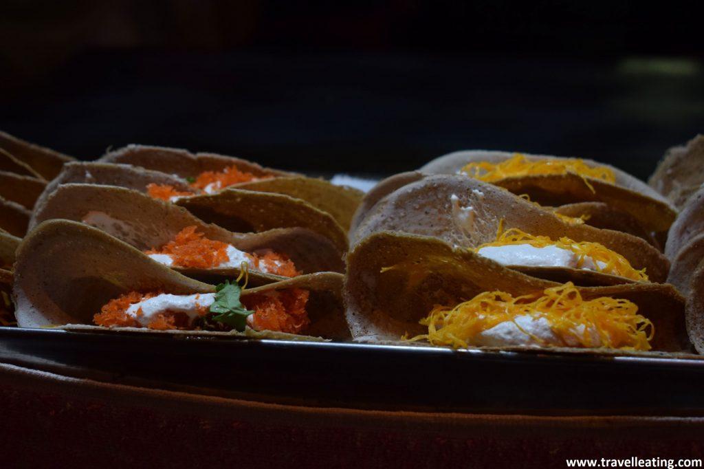 Creps pequeñas cerradas por la mitad, que dejan asomar su relleno. La mitad llevan hilos de yema de huevo, y las otras un condimento naranja. Un postre muy típico de la gastronomía tailandesa.