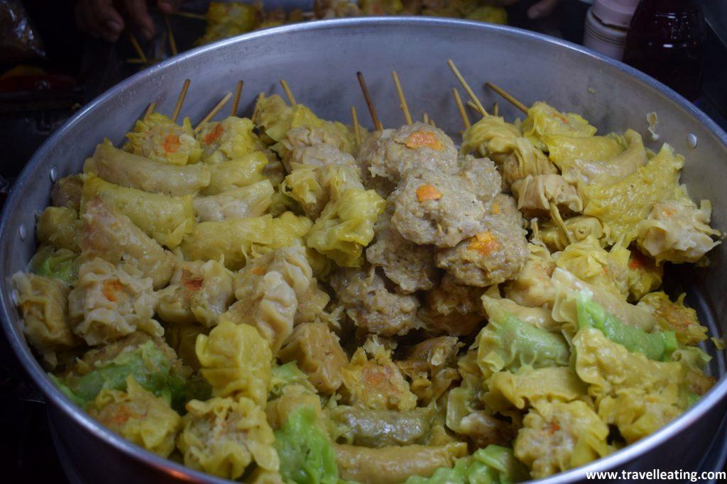 Broquetas de dumplings de diferentes sabores.