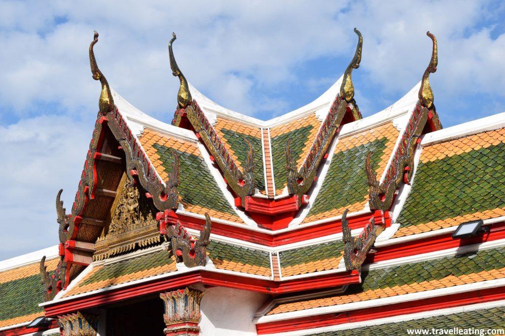 Típico tejado colorido de un templo tailandés.