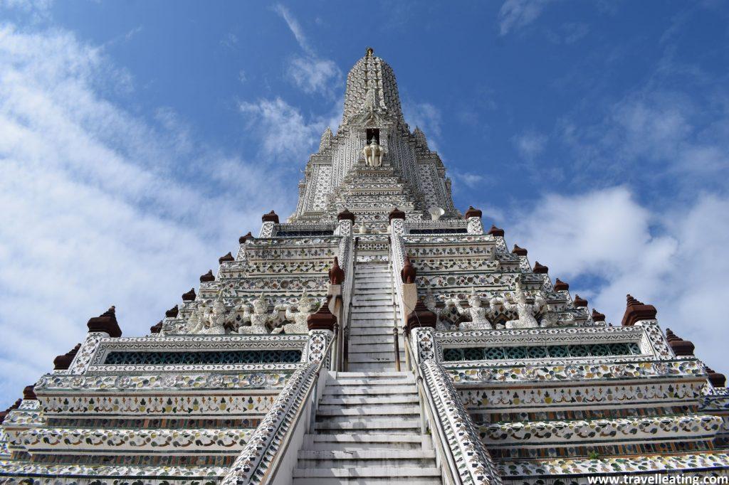 Torre central del templo Wat Arun, otro de los imprescindibles de Bangkok. Es blanca con incrustraciones, con una escalera en el centro y forma piramidal.