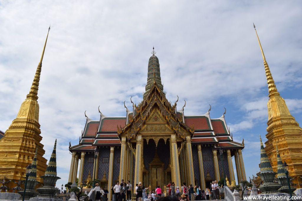 Edificio principal del Palacio de Bangkok, uno de los imprescindibles de la ciudad, con un cúmulo de gente alrededor.
