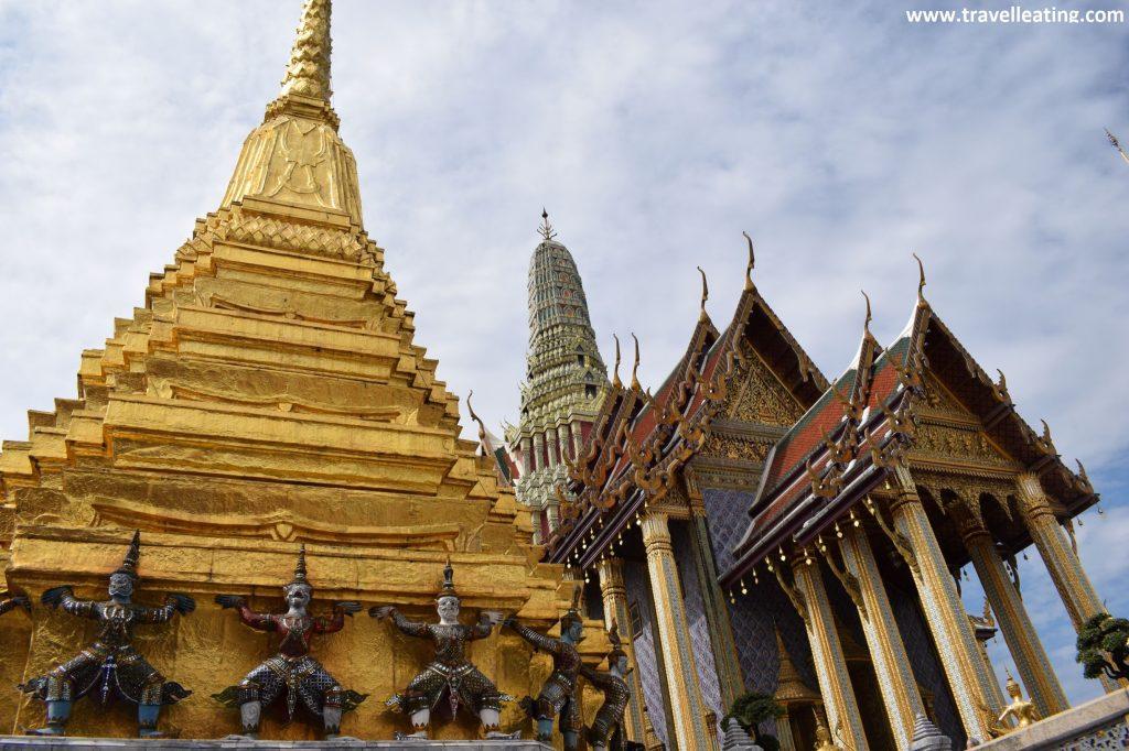 Chedi dorado en primer plano y en segundo plano el edificio sagrado principal del Palacio de Bangkok, un imprescindible de ver al visitar esta ciudad.