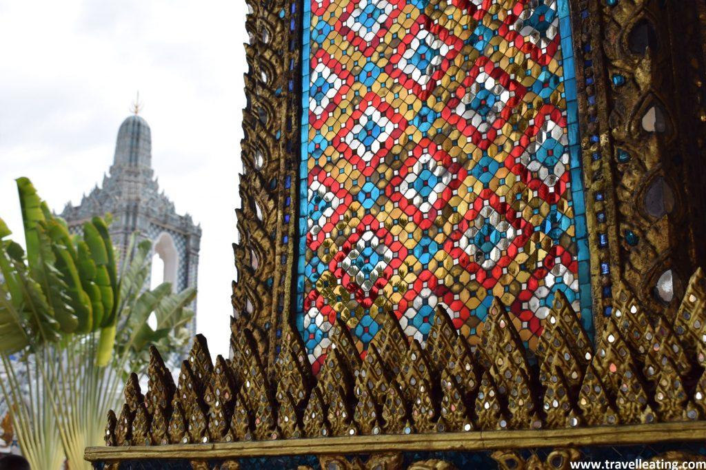 Detalles de la pared del templo, que forman estampados brillantes y de colores.