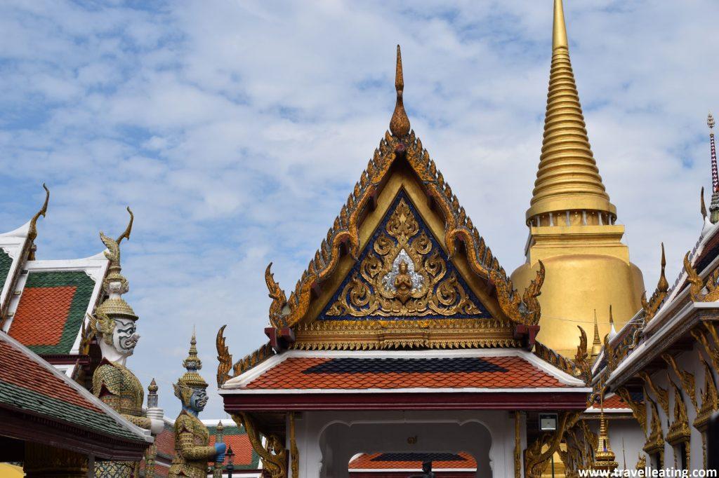 Techos coloridos y con detalles dorados que corresponden a algunons de los edificios del complejo del Gran Palacio.