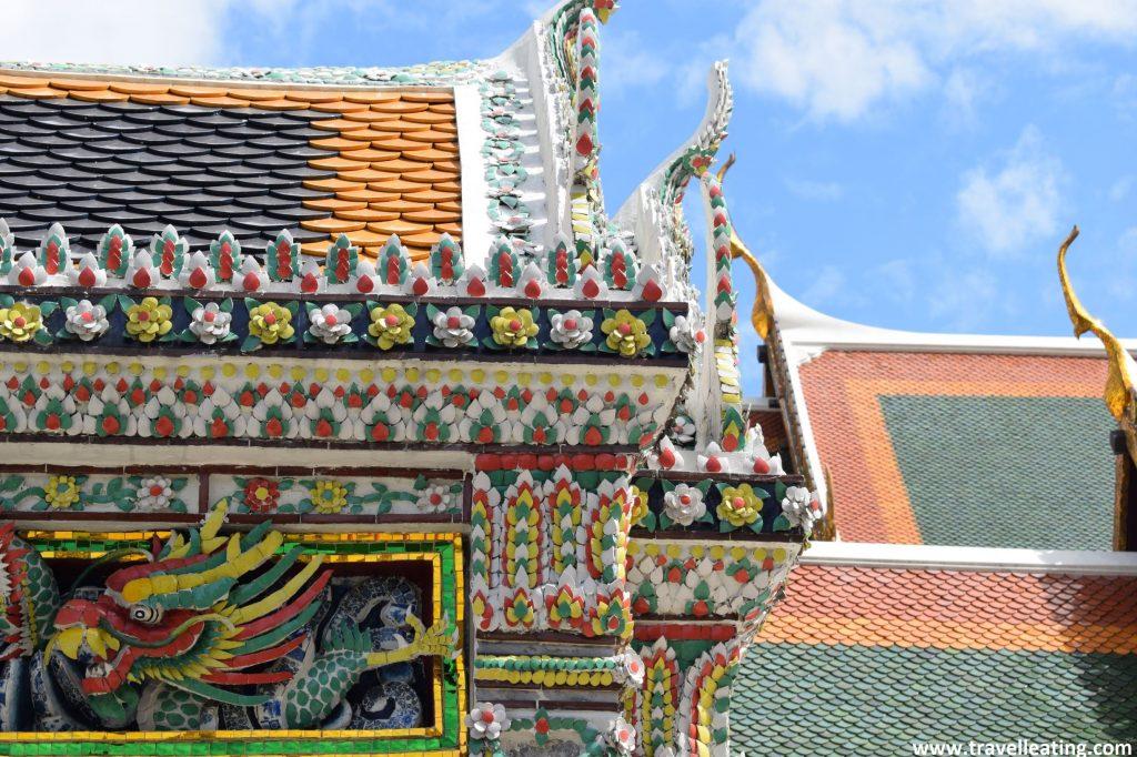 Detalles de las fachadas de los edificios reales. Vemos cenefas de colores con muchos relieves que dibujan flores y dragones.