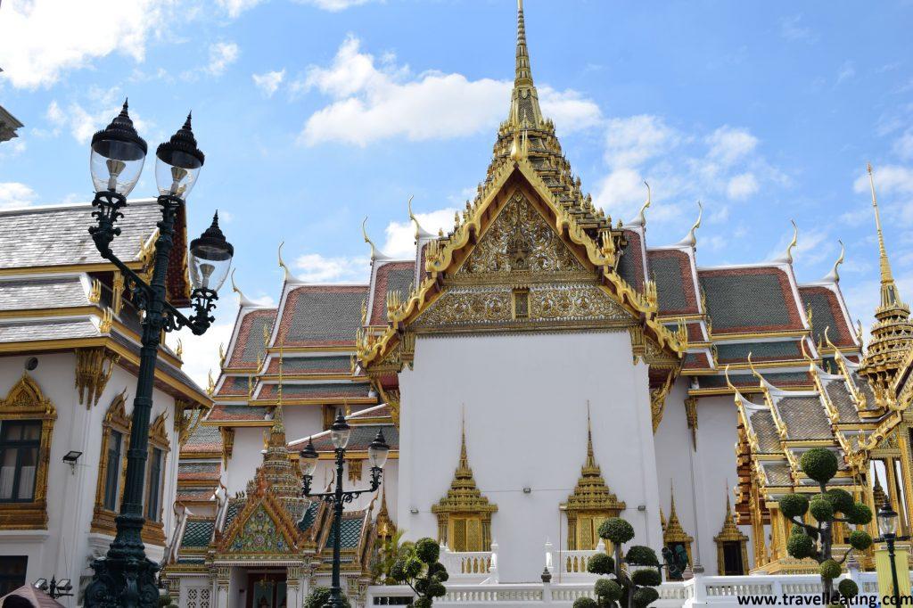 Uno de los edificios reales, blanco con el tejado de colores y detalles dorados.