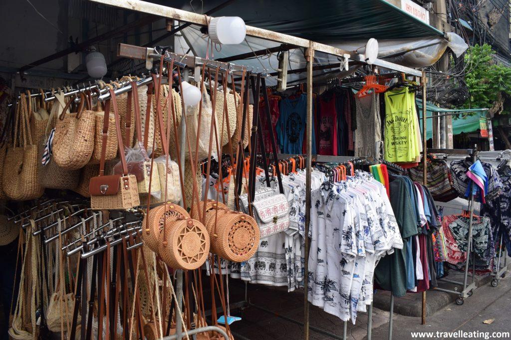 Tienda de ropa y souvenirs en la que destacan principalmente los bolsos de paja y las camisetas playeras.