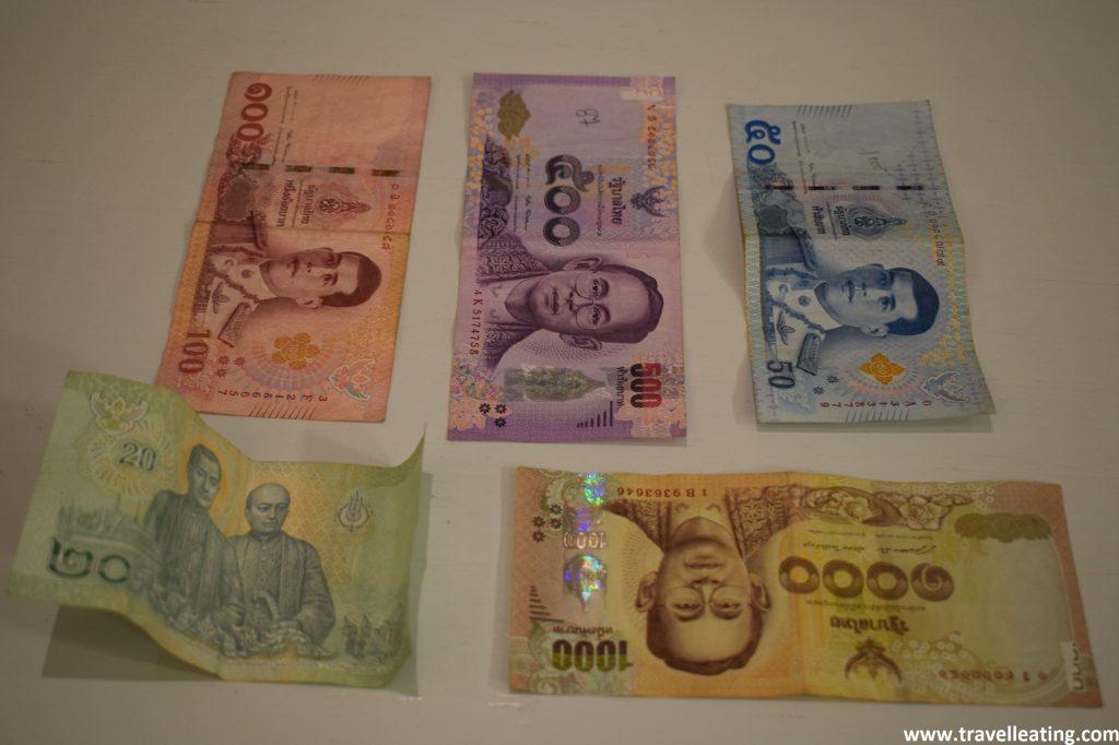 Muestra de cada uno de los billetes de la moneda tailandesa: de 20, 50, 100, 500 y 1000 baths.